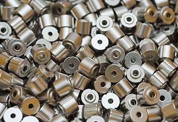 Componenti metallici con superfici trattate con nichelatura