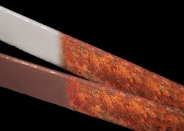 Due barre di metallo parzialmente corrose
